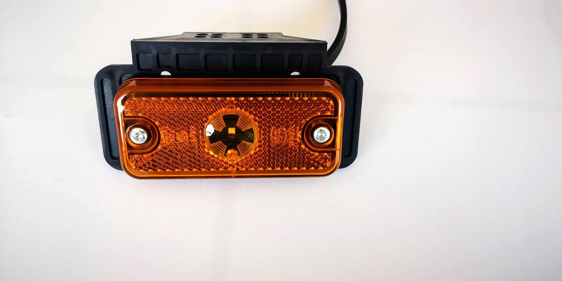 Feu latéral orange avec patte de fixation